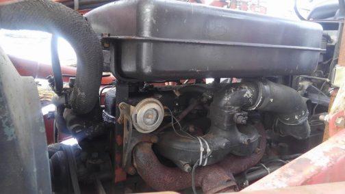 S-30A後期型のいすゞC201エンジン。タンクがヘッドカバーの上にあります。