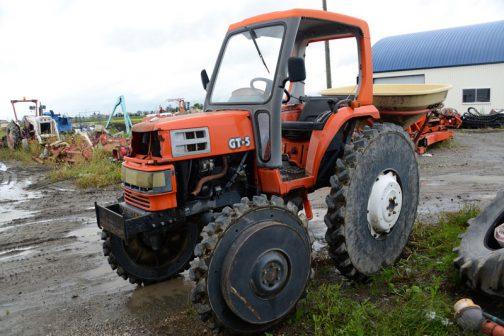 農研機構の登録ではクボタGT-5は1992年の登録。クボタ取説サイトで調べると、エンジンは水冷4サイクル4気筒ディーゼル(New TVCS)23馬力/2600rpmとなっています。車名からは馬力がわからないシンプルなネーミングになっています。