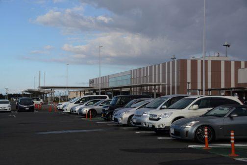 茨城空港は、無料の駐車場が目の前にあり、そのまま歩いてターミナルに入れるというある意味便利でコンパクトな作り。最近高速道路が繋がりましたが、交通的に不便なところにあるのが玉にキズ。