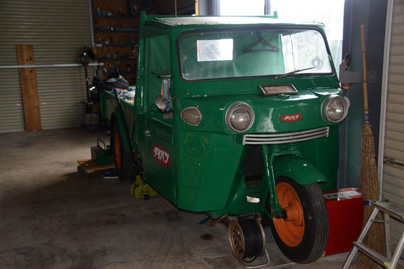 ダイハツのオート三輪トラックです。こういうクルマがあるのは知っているし、見たことはあったのですが、中を見たのは初めてです。
