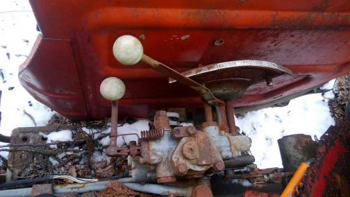 S150の油圧レバー。昔ローダー付きだったらしくロアリンクと外部油圧切り返レバーがあります。ロアリンクの方から油圧をとることが多い中、外部油圧切り返レバーがあるのは珍しいそうです。殆