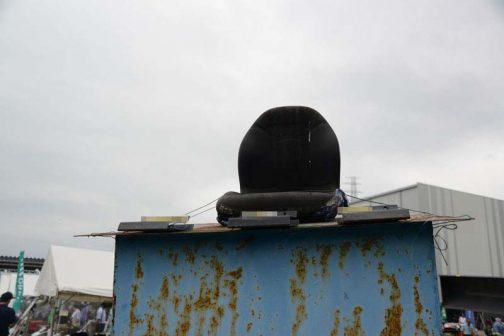 屋外放置になりやすいトラクターのシートも、こうやってテストされていましたよ!