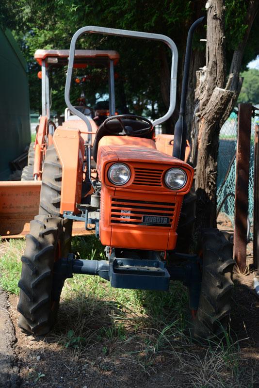 クボタ教の教祖Nさんに連れて行ってもらった、クボタ筑波工場で行われた、関東甲信越クボタグループの「サマーフェア」2017。倉庫の隅に置いてあった30年以上前のクボタL245-Ⅱ DT。 tractordata.comによればKubota L245は1976年 - 1985年、1.1L3気筒25馬力/2800rpmのエンジン。ループアンテナみたいなROPS【安全キャブ・フレーム(Roll-Over Protective Structure「ROPS」)】が輸出モデルっぽいです。