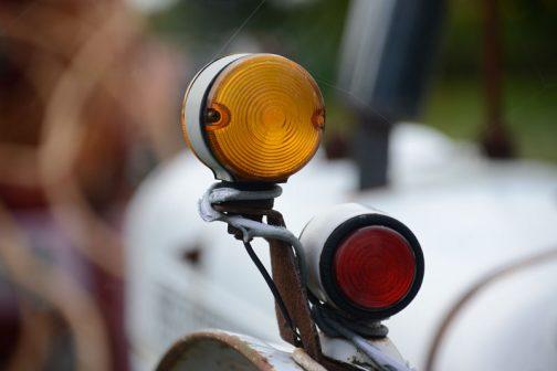 あとから付けたらしいウインカーはスタンレーですが、下の赤いランプ(もしかしてウインカー?)はMADE IN ENGLAND BUTLERS(バトラーズ)