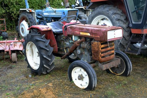 三菱トラクターR2500Gではtractordata.comによれば、青いDトラの前の赤い三菱・・・1970年〜1975年製造。車体のプレートによると、1192cc2気筒ディーゼル25馬力/2700rpmとなっています。