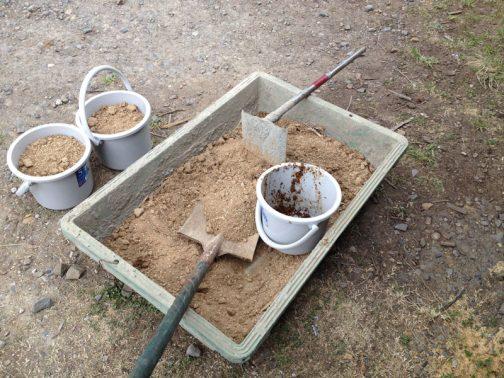 田んぼの土はカチンコチンだったので、コンクリを練る箱の中で砕きました。