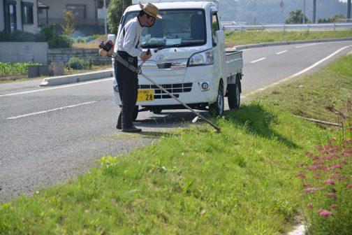 会長さんはヒガンバナの土手の草刈り、Fさんは集落センター廻りの草刈りです。機械が一通り刈っていてもどこも伸びています。まだ柔らかいですけど。