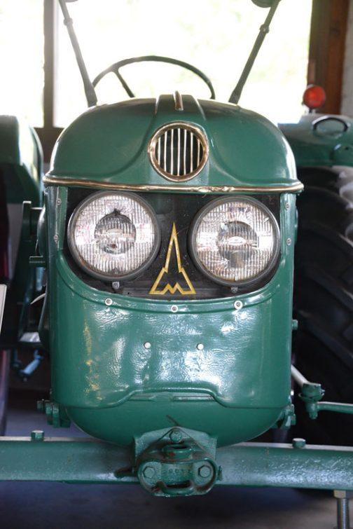 今まで見たトラクターの中で一番好き!と言ってもいいイチオシの顔。何年も考えて「これはオーナーがFローダを取付けるために自分で改造した」と結論付けたわけですけど、それでもD40L愛は変わりません。