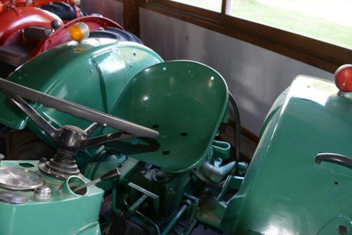 そしてこれがD40Lの鉄椀シート。ドイツ製のトラクターは結構シートスプリングに工夫をしたものが多いですが、これはちょっと変わっています。