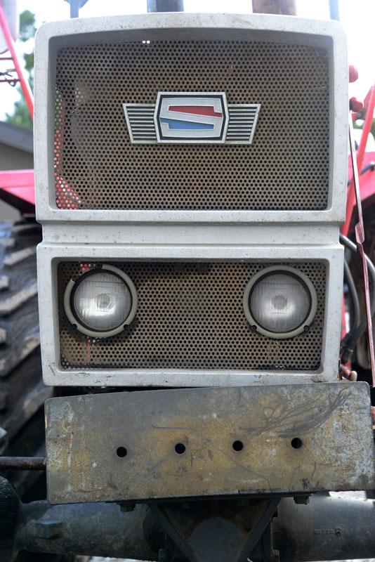 先日の1984年誕生、日の本トラクターE324では精悍な角形ライトということがセールスポイントになっていましたが、このシバウラは四角を基調としたスタイルながらヘッドライトは丸形。角形ライトは80年代前半にできたものだったのかしら。