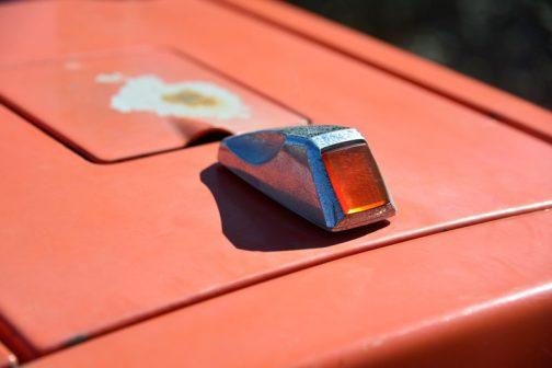 センターマークはこのころのクボタがずいぶんやっていた、赤い琥珀風レンズがはめ込まれたタイプ。