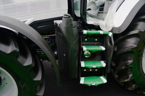 燃料タンクの切り通しの間に挟まるハシゴは4段! おまけにタンクにグリップが付いています。樹脂でできていると何でもできるなあ・・・