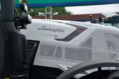 Lamborghini SPARK165VRTです。ボディカラーは白。フードのスリットが間延びしがちな部分にアクセントを与えています。そういえば単車のヘルメットなどもこんな風にアミアミになっているなあ・・・最近。