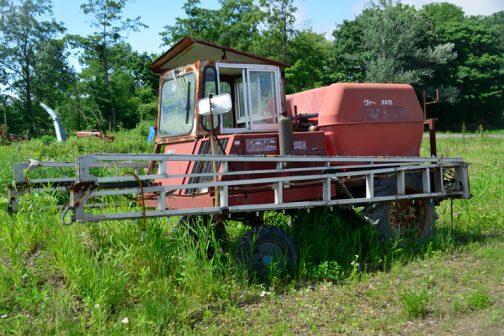 と、ここまで見てきて気がつきました。謎の改造トラクターは、隣にあったこのWADOブームスプレーヤのスケルトンなのではないか・・・と。