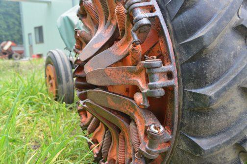 これを外側に折り曲げてタイヤにかぶせて使用するようです。そうするとちょうどブルドーザーの△シューのような見栄えに変身!