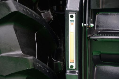 話は戻ってDEUTZ FAHR WARRIOR 9340TTVの600L燃料タンクには見やすいゲージもついてます。これはいいなあ・・・透明のパイプで油量を見るタイプをトラックの燃料タンクなどで見かけることがありますが、背景がたいてい暗いので見にくいです。これなら背景が白で見やすいですね!