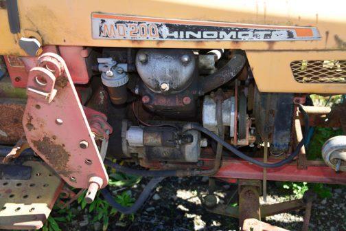 こんな小さなトラクターでもフロントローダーを付けて使っていたのですね。ブラケットが見えます。エンジンはずいぶんコンパクトです。