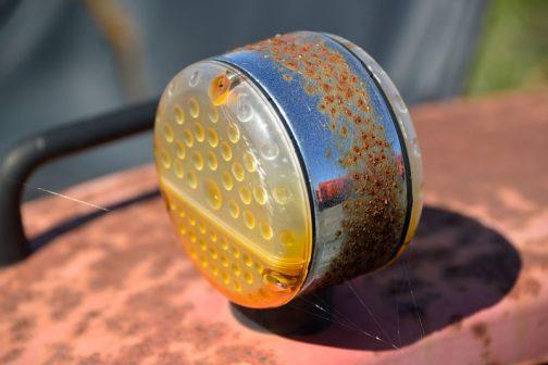 珍しいメッキのウインカー。日に焼けて水滴がついたみたいになってしまっています。
