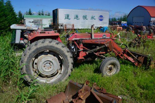 フロントローダーの付いたMF185です。MF185を見るのは2台目だと思います。tractordata.comによると、MF185は Perkins A4.248 4気筒4.1Lディーゼル75馬力。製造は1971年〜1979年となっており、先日のシバウラSD1803と同年代! 考えてみればシバウラのSDは赤と銀の取り合わせの四角いデザイン。外観だけをとってみれば設計の古いこのMFシリーズの進化形になっていると考えられなくもないですね!