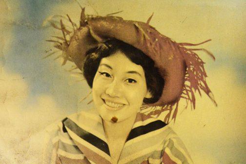 そして話はちょっとぶっ飛んでしまいますが、妙齢の女性は拡大するとこんな感じ・・・「こんな帽子、どこで売ってたんだ!」という感じです。