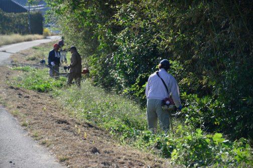 農道の草刈りはほぼスライドモアで完了しているので、人手による草刈りは主にスライドモアの届かない水路のきわが多いです。