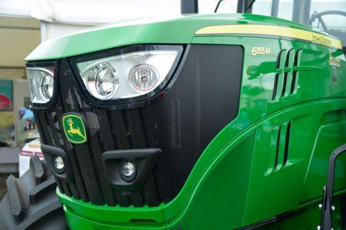 やっぱり緑のトラクターはいいです。魅力的。