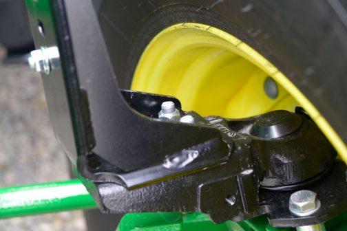 可動式ピボットフェンダーは兄弟車のイセキBIG-Tやクボタ、ニューホランド、そして一部のJDにも採用されているLODIちゃん。このJDにも採用されていました。