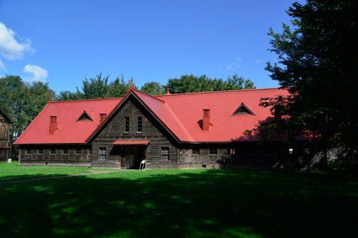 札幌農学校第2農場はWikipediaによれば・・・ 札幌農学校第2農場(さっぽろのうがっこうだいにのうじょう)は、北海道札幌市、北海道大学構内にある施設。ウィリアム・スミス・クラークの大農経営構想に基づき、明治時代に建てられた木造の畜舎などの建築物群が位置する。また、施設は「模範的畜舎」を意味する「Model Barn(モデルバーン)」という名称でも知られる。一部建造物は内部が一般公開され、北海道開拓時代の農具など展示されている数々の資料を無料で見学することが可能である。 となっています。建物が素晴らしいのですが、それは後日として、今日はその中で見たカタログのお話です。
