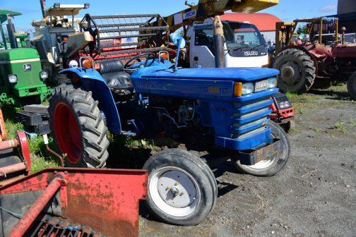 ヰセキのTS3510です。農研機構の登録では1976年、昭和51年ですが、井関農機60年史の年表によれば、赤いTS2800やゼトアの3011-3511-3545からの中型トラクターの流れを引き継ぐ形で農研機構の登録より前の1975年(昭和50年)登場し、1981年(昭和56年)いっぱいまで売られていたことになっています。