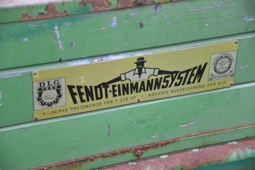 中央にフェント・ワンマンシステムと大きく書かれています。確かに油圧のダンプだし1人で油圧を操作して何でもできちゃいます。このフェント・ワンマンシステムはF220GTでドイツ農業協会(DLG)銀賞を貰った・・・と書かれています。DLG銀賞・・・以前ウニモグで見ましたよね!