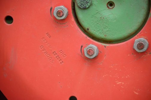 SÜDRADと銘があります。以前見たFENDT FARMER306LSA TURBOMATIKのホイールは同じ朱赤に塗られていても、ジョンディアなどと同じのラマーズのホイールでした。