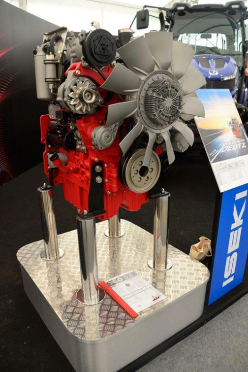 そのDEUTZエンジンも展示されていました。巨大なファンとその中心部の模様が特徴的!
