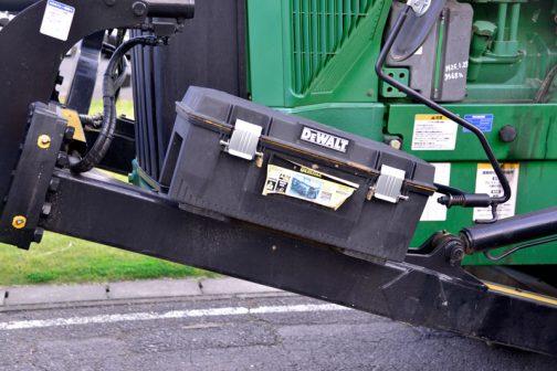 ちゃんとフタを閉めないと、色々落ちてしまいそうな工具箱。DeWALTの工具箱です。ここに置くのが正規なのかなあ・・・
