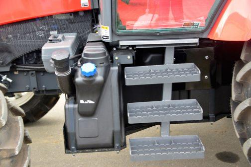 三菱トラクターGR110Fです。 一番Fタイヤとの距離が遠いせいか、最もオーソドックスな形をしています。工具箱もまるで誰かがそこに置いたよう・・・スペースに余裕があるのですね。