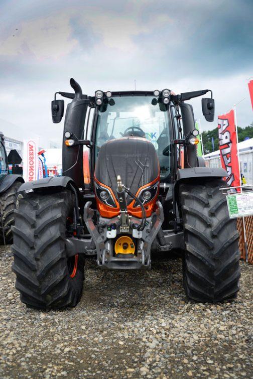 農研機構の登録もありませんし、tractordata.comにも記載がないので、他のサイトを参考にしてみると、2015年販売開始で、排気量7.4リッター6気筒のAGCO 74 AWF というエンジンを採用しているようですね。 Engine power 173 kW Back tyres 650/65 R42 Front tyres 540/65 R30 Transport length 5.14 m Tranport width 2.55 m Transport height 3.085 m Travel speed 53 km/h Transmission 30/30 Transmission type LS Weight 7.3 t Control unit 2 ew/dw Steering h Three point category 3 Engine manuf. AGCO Engine type 74 AWF Engine power - Dimension lxwxh - Displacement 7.4 l Revolutions at max torque 2100 Max. torque 930 Nm No. of cylinders 6