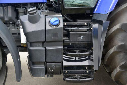イセキトラクターBIG-T7716です。 燃料タンクとアドブルータンクは仲良く半々にわけあう形。工具箱は一番進んでいて、タンクの中に収納できるようになっています。ステップとタンクの関係はMF5713SLやM7-171と共通の考え方で、Rタイヤに対するオーバーフェンダーも含めて3者の中では少々凝った作りになっています。