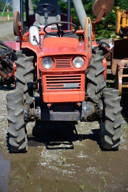 L1500DTです。年式は書いていないのですが、tractordata.comによればL1500DTは Kubota 0.7L 2-cyl diesel 15PSとなっていました。