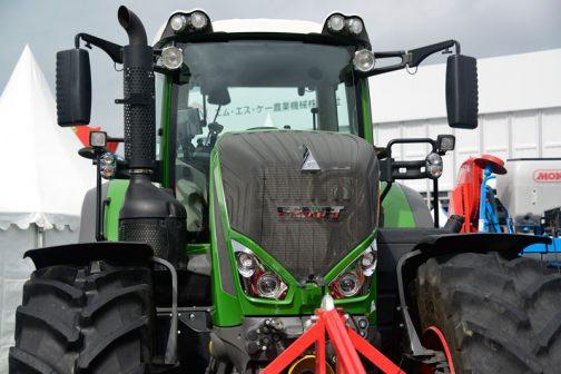 写真の機種と若干違うこともあるのかもしれませんが、農研機構の登録によると 年度 2011 安全鑑定番号 36126 型式名 F828VARIOS3B 販売名 依頼者 エム・エス・ケー農業機械株式会社 主な仕様 4輪駆動 機関207kW{282PS}/1800rpm 6.056L 希望小売価格:24900 (千円) 鑑定の対象に含めたアタッチメント等 装着キャブ・フレーム (合格番号) FENDT 835.810(211026) となっています。282馬力のモンスターなんですね!