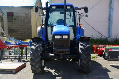 New Holland TS100です。 tractordata.comによれば1999年〜2003年のTSシリーズ。ニューホランド・水冷4気筒5リッターディーゼルターボエンジン、100馬力/2170rpm