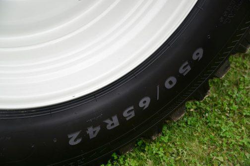 リヤタイヤは650/65R42 サイドの厚みはペッタペタ。超扁平です。