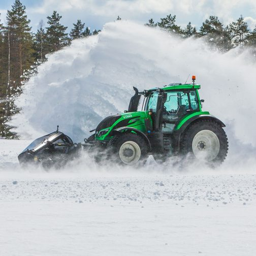 ValtraのWEBページを見ていて、雪のシーンがたくさん出てくることに気がついていたのですが、あちらでは林業で使うことも想定されているせいか、冬でもずいぶんトラクターが活躍するようですね。