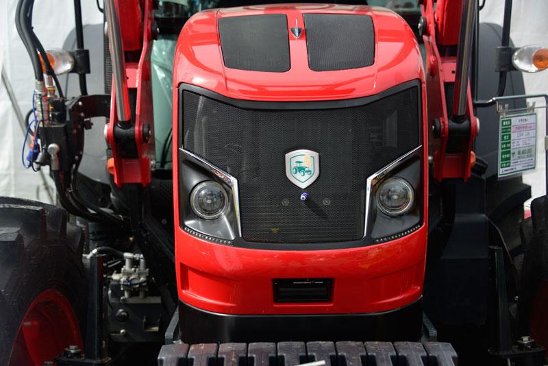 トルコのブランドArmaTrac(アルマトラック) 1104 Luxです。日本では株式会社中沢機械店が扱っているようです。お目々ぱっちりの四角いヴァルトラという感じ・・・ヘッドライトはHELLAでした。