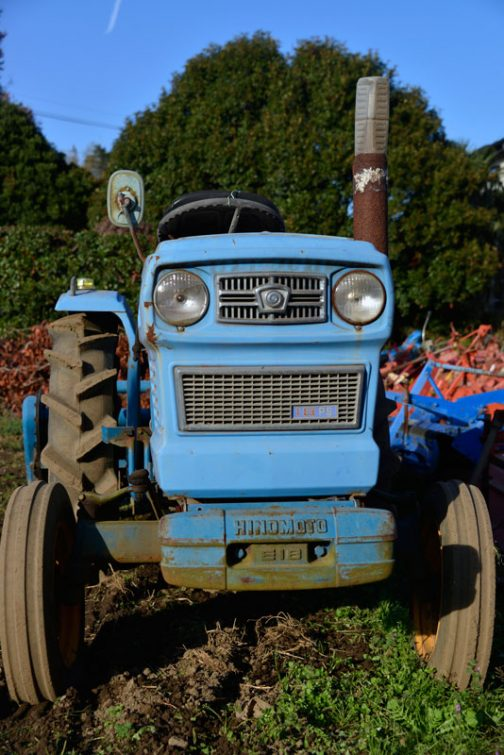 正面に18psと書いてあるので、HOKKAIFORD 180の180は18馬力を意味しているのでしょう。tractordata.comによると、日の本E18は東洋社S111 1.1Lディーゼルとなっていて、E18もE25も1977年〜1979年となっています。しかし、これは多分輸出仕様に限ってのことだと思います。