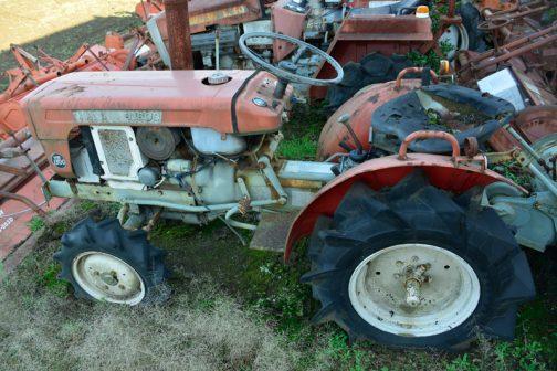 1974年生まれというのは間違いでしたが、tractordata.comによればそれに遅れること1年の1975年生まれということになっています。