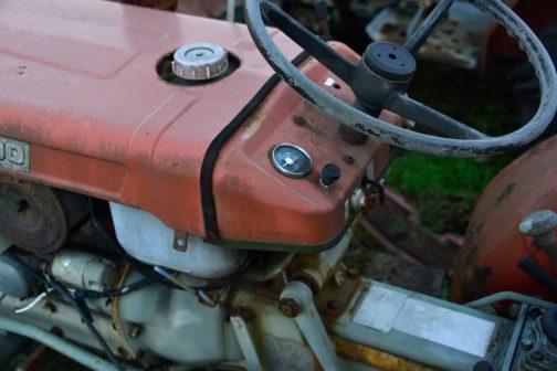 メーターは一つだけ。燃料タンクキャップは金属なのだと思いますけど、形は灯油のポリタンクのキャップみたいな形です。