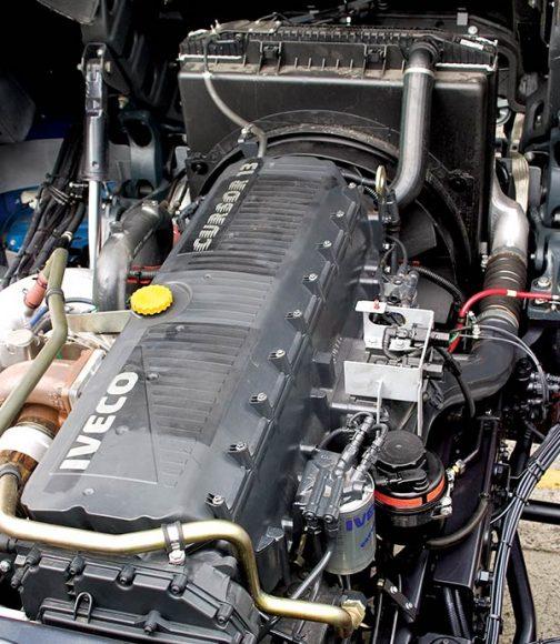 CURSOR 13 カッコいいですが、ごく普通のトラックのエンジン。