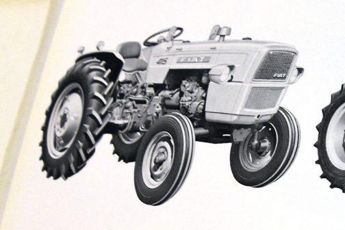■フィアット製のエンジンは、振動が少なく、負荷の変化に対して十分の余裕を持つ高出力の水冷ディーゼルです。 ■コントラマチックウエイとトランスファームシステムで牽引力を増加し、牽引に直接効果のないムダな重量を省いた軽量トラクタです。 ■トラクタの牽引負荷をいつも一定に保つことのできるドラフトコントロール(牽引負荷の自動調節)ができますから、過負荷による車輪のスリップやエンストを防止します。 ■作業機の上下位置を一定に保つポジションコントロール(位置制御)ができますから、プラウ耕などの場合耕深を一定に保つことができます ■油圧ポンプは、エンジン直接駆動ですら、クラッチを切っても作業機は作動します。 ■2段ペダル式のダブルクラッチになっていますので、トラクタの走行を停止してもPTO軸は独立して作動します。また、走行に合わせたPTO回転(グランドPTO)を得ることもできます。 ■PTO軸の回転数は、国際規格の540回転/分です。別に高速回転の直結PTO軸もついています。 ■デファレンシャルロックがついていますから差動装置を固定することができます。プラウ耕や、湿田での片輪スリップの心配がありません。 ■燃料、潤滑油、吸入空気は、すべて二重ろ過装置になっており、特に潤滑油は、遠心オイルフィルターによって金属粉などを完全に取り除きます。 (415形は3重沪過) ■ブレーキは、ミッションの内側にとりつけられていますので、防塵防水が完全で、水田作業も安心してできます。 ■速度計、エンジン回転計、PTO回転計、アワーメーターが一体となったトラクターメーター、油圧計、冷却水温度計、チャージランプなどを計器板ライトが照らしますから、夜でも機械の状態がすぐわかります。