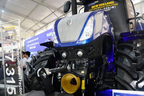 本体の仕様としては・・・ T7.315AC --------------------- T7.315AC4B-F2P 定格出力 300PS 最大出力 313PS 排気量 6.727L 油圧ポンプ CCLS 220L/min 最大揚力 11,058 kgf 仕様 無段変速トランスミッション テラグライド・F2P・16LED作業灯 とあります。最後の16LED作業灯というのは16個、作業灯が付いているよ・・・という意味なのでしょうか?