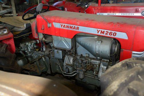 僕が以前見たYM260よりずっと程度がいいですね! 燃料ポンプから伸びているラインや、2L20Dというエンジン型式からも2気筒だということがわかりますね。