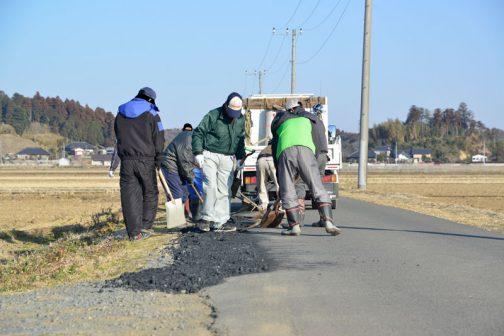 農道のすれ違いでタイヤを落とす路肩部分に砕石の補充をしていきます。
